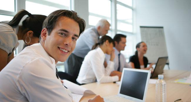 Groupe de jeunes adultes en formation commerciale